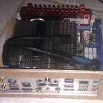 La carte mère sur son chassis en bois (2)