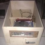 Vue arriere du boitier, avec l'alimentation, la carte mere et les racks à disques durs installés.