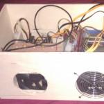 Le coté du boitier laisse apparaitre les deux ventilateurs de 120mm. Une grille est prévue pour le second.