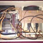 Dans cette vue de dessus, on peut voir comment sont vissés les disques durs dans le rack principal.