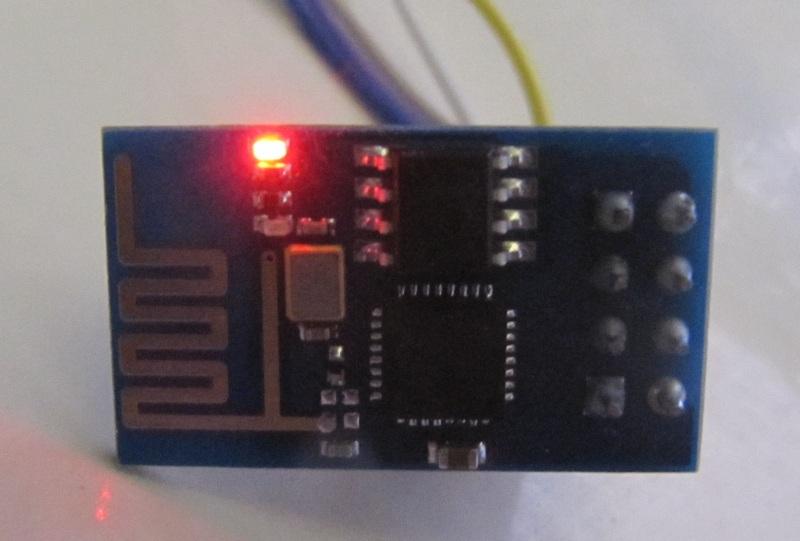 esp8266 allumé : la led d'état s'allume (la rouge)