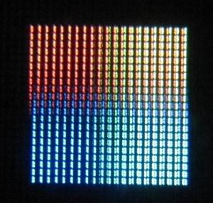 Gros plan sur un texte affiché, permettant de voir les pixels