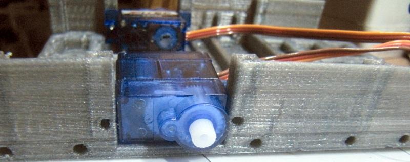 Installation des servomoteurs Fitec FS90R sur le châssis de R.Ian