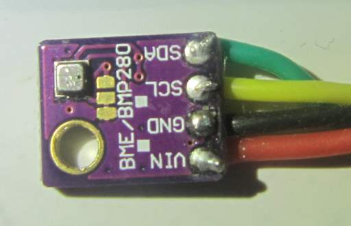 avant de la carte BME280, avec le capteur visible (le carré métallique avec un trou)