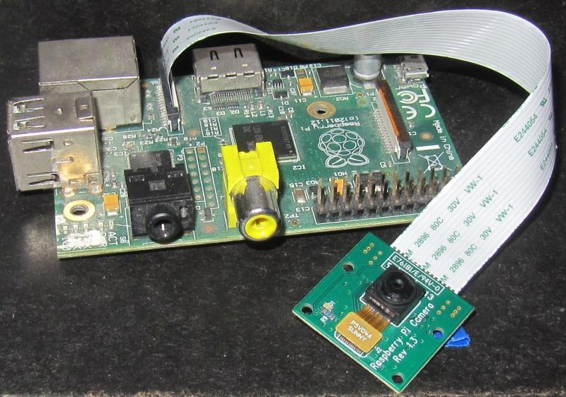 Un Raspberry Pi modèle B avec un module camera.